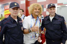 ロシア中部サランスクの空港で、警察官と記念撮影するバルデラマ氏(中央)=18日(共同)