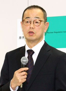 記者会見する原子力規制委の更田豊志委員長=13日午後、東京都港区
