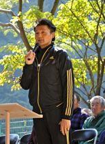 椎葉村内に造成された土俵開きのイベントであいさつする貴乃花親方=2012年10月