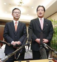 会談を終え、取材に応じる希望の党の古川幹事長(左)と民進党の増子幹事長=3日夕、名古屋市
