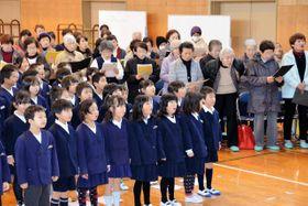 城東小学校の創立10周年記念ソングを練習する、全校児童と地元コーラスグループ=丹波篠山市日置