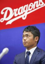 契約更改交渉を終え記者会見する中日・根尾=19日、ナゴヤ球場