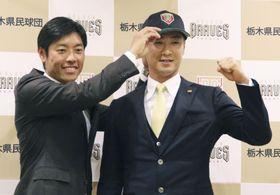 ルートインBCリーグ栃木の入団記者会見でポーズをとる西岡剛内野手。左は寺内崇幸監督=18日、栃木県小山市