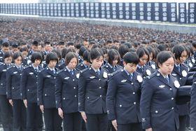 13日、中国江蘇省南京市の南京大虐殺記念館で行われた式典で黙とうする参加者(新華社=共同)