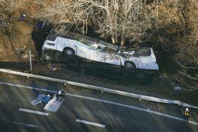 国道に転落、横転したスキーバス=2016年1月、長野県軽井沢町