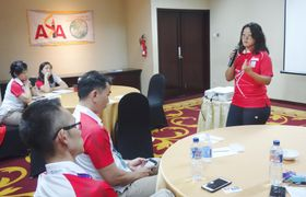 JSCがとりまとめるアジアスポーツ強化拠点連合が開設した拠点でスピーチを行うシンガポールの関係者=18日、ジャカルタ市内(共同)