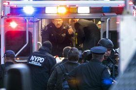 負傷したニューヨークのテロ容疑者を救急車に運ぶ警察関係者ら=11日、ニューヨーク(CRAIG RUTTLE氏撮影、ニューズデー提供、AP=共同)