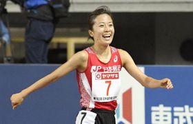 陸上の日本選手権女子1万メートルで優勝し、笑顔を見せる鍋島莉奈(ヤンマースタジアム長居)