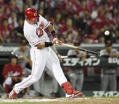 10回広島1死満塁、鈴木が右前にサヨナラ打を放つ=マツダ