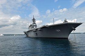 むつ市の大湊港沖に停泊する護衛艦「かが」=17日午後