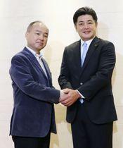 ソフトバンクの孫オーナー(左)への報告を終え、握手する工藤監督=17日、東京都港区