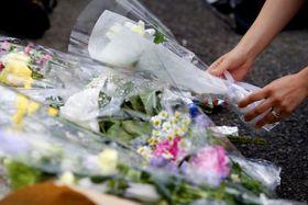 児童ら複数人が男に襲われた事件の現場付近に手向けられた多くの花=28日午後、川崎市多摩区(了)