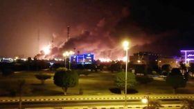サウジアラビア東部で、炎と煙を上げる国営石油会社サウジアラムコの石油施設=14日(ソーシャルメディアより、ロイター=共同)