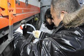 不正軽油の調査をする県南予地方局職員ら=12日午前、愛南町須ノ川