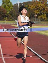 7位でゴールする静岡大の中山峻弥選手=愛知県半田市の半田運動公園陸上競技場で