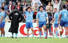 クボタ-神戸製鋼 逆転で今季公式戦初黒星を喫し、頭を抱えるSO清水晶(右から4人目)ら神戸製鋼の選手たち
