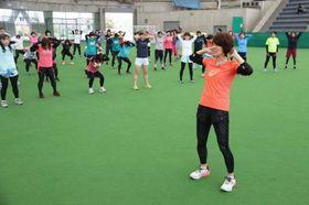 有森さん(手前)からトレーニング法の指導を受ける参加者