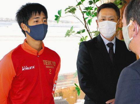 前哲雄町長に全国大会の感想を話す佐々木奈琉選手(左)。中央は父康幸さん=川北町役場で