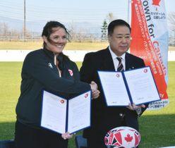 覚書を締結し、握手するニコール・クラウリーさん(左)と谷藤裕明市長