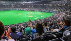 今季初めて札幌ドームに観客を入れて行われた日本ハム―ロッテ戦。ファンは鳴り物などは控え、手拍子で応援した=14日午後6時15分(大島拓人撮影)