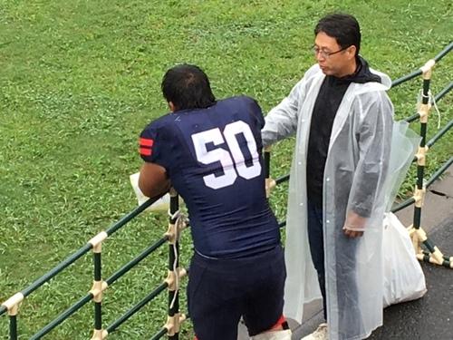 日体大との試合後、悔し涙を流す慶大の4年生OL黒松高志選手=9月17日・アミノバイタルフィールド
