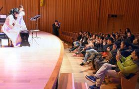 協力演奏家の演奏を聴くクルーズ船の船員ら=霧島市の霧島国際音楽ホール
