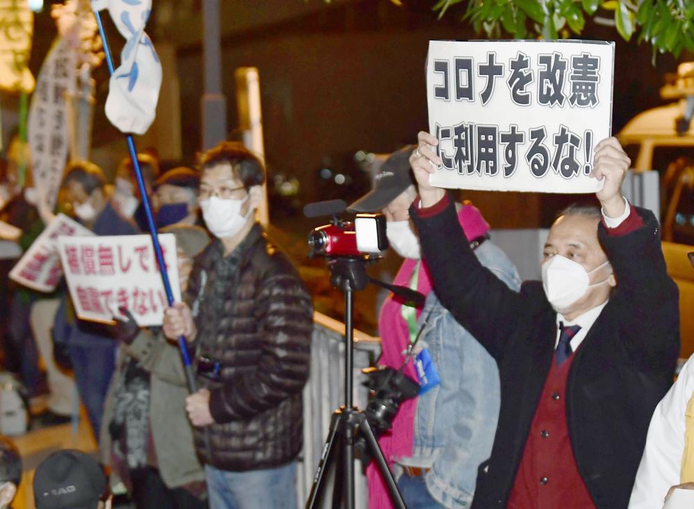 憲法改正に反対し、首相官邸前で抗議する人たち=9日