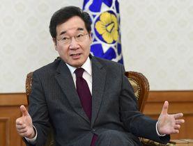 共同通信と会見する韓国の李洛淵首相=17日、ソウル(共同)