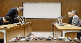 秋田県の佐竹敬久知事(右手前)との会談で謝罪する岩屋防衛相(左手前から2人目)=17日午前、秋田県庁