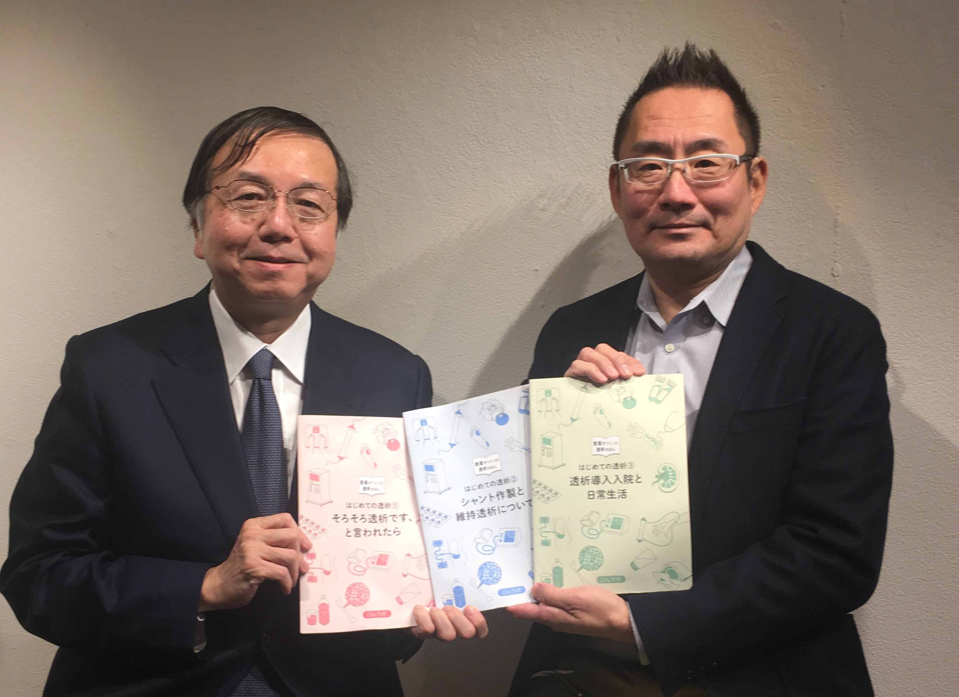 冊子の活用を勧める宿野部さん(右)と深川教授