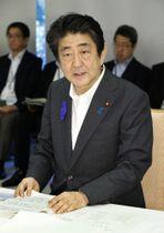 西日本豪雨の非常災害対策本部会合に臨む安倍首相=14日午前、首相官邸