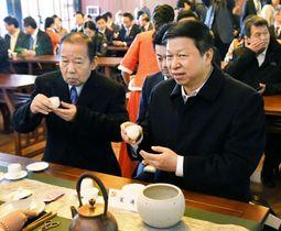 中国福建省・武夷山で自民党の二階幹事長(左)とお茶を楽しむ中国共産党の宋濤・中央対外連絡部長=2017年12月(共同)