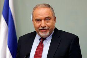 14日、エルサレムで記者会見するイスラエルのリーベルマン国防相(ロイター=共同)