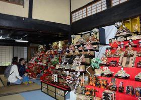 大正・昭和期のひな飾りが並ぶ西条市の住吉屋
