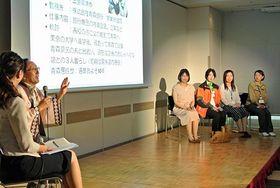 青森県在住の魅力について三村知事(左から2人目)と語り合う4人の女性たち(写真右側)=東京・丸の内