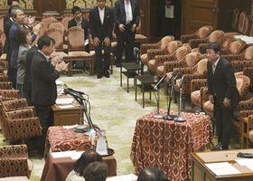 衆院内閣委でTPP関連法案が可決され、一礼する茂木経済再生相(右端)=23日午前