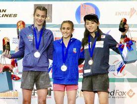 ボルダリングの女子ユースAで3位に入った伊藤ふたば(右、TEAM au)=モスクワ(日本山岳・スポーツクライミング協会提供・共同)