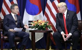 韓国の文在寅大統領の話を聞くトランプ米大統領(右)=24日、ニューヨーク(AP=共同)