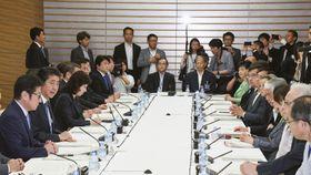 首相官邸で開かれた知的財産戦略本部の会合であいさつする安倍首相(左から2人目)=12日午後