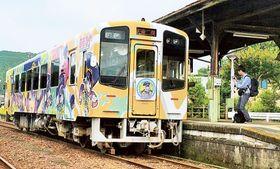 遠方からもファンが訪れる「音街ウナ」のラッピング車両=浜松市天竜区の天竜二俣駅