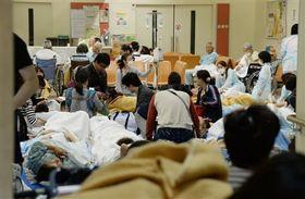 1階ロビーに避難する市民病院の患者ら=16日午前4時すぎ、熊本市東区湖東(横井誠)