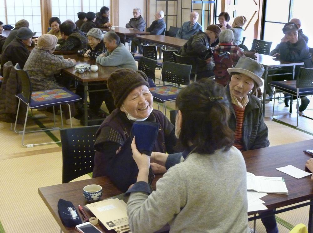 高知県檮原町での介護予防の集い。保健師(手前)が高齢者らの健康をチェックする