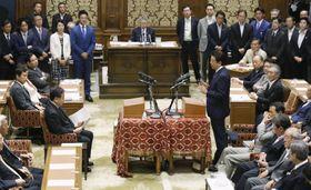 1年ぶりに行われた党首討論で立憲民主党の枝野代表(左)の質問に答弁する安倍首相=19日午後、国会