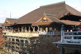 本堂の檜皮屋根のふき替えと床板の張り替え工事が完了した清水寺の本堂=3日午前、京都市