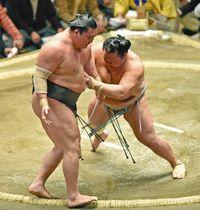 北勝富士(右)が押し出しで白鵬を破る
