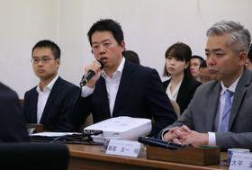 環境経済委員会でアリーナとMICE施設について語るジャパネットホールディングスの髙田社長(左)=長崎市議会会議室