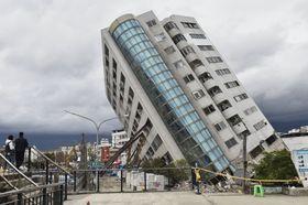 地震で損壊し大きく傾いた「雲門翠堤大楼」=10日、台湾・花蓮市(共同)