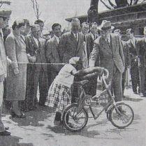 自転車のスージーに手を差し出す昭和天皇(毎日新聞)