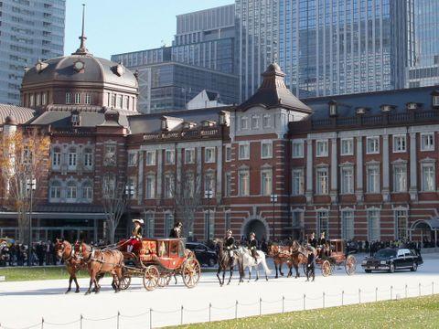 JR東京駅前の広場を出発し、皇居に向かう西アフリカのベナン大使一行を乗せた「馬車列」=11日午前
