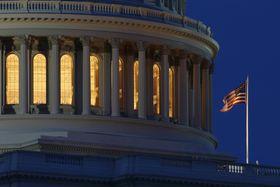 米国会議事堂にはためく国旗=7月、ワシントン(AP=共同)